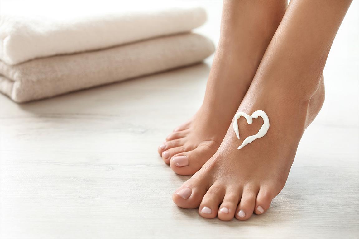 dieses Foto zeigt Füße mit einem Herz aus Creme
